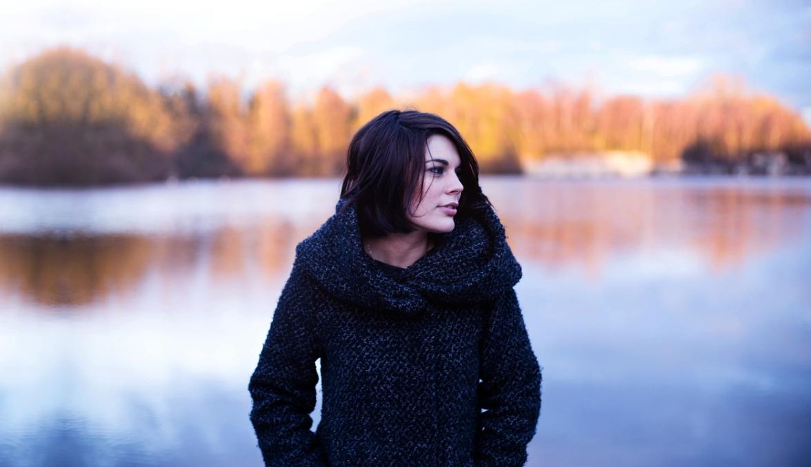 dívka v kabátu