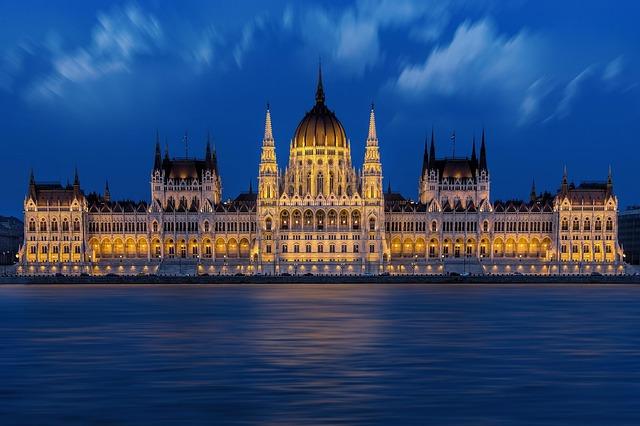 maďarský parlament po setmění