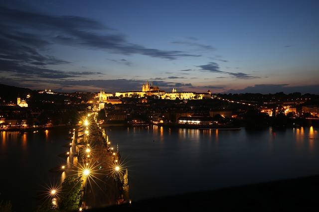 Karlův most a Pražský hrad ve večerním osvětlení.jpg